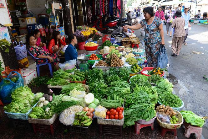 Rau xanh không rõ nguÓn góc °ãc bày bán trong chã Bà ChiÃu, Q. Bình Th¡nh, TP.HCM (£nh chåp sáng 11-11)