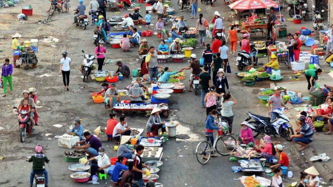 Ảnh 23,24,25,26,27,28: Một ngôi chợ tự phát buôn bán nhộn nhịp với nhiều loại thực phẩm không rõ nguồn gốc ở TP.HCM. Ảnh: Hữu Khoa